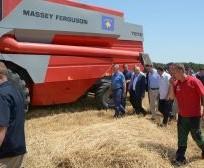 Kryeministri Isa Mustafa dhe ministri Memli Krasniqi përcollën fushatën e korrje-shirjeve