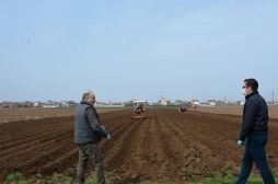 Ministri Mustafa monitoron nga afër mbjelljet pranverore