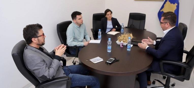 Ministri Mustafa diskutoi për sfidat e sektorit të qumështit