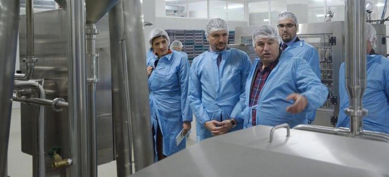 Ministri Krasniqi në Skenderaj - takoi krerët e komunës, fermerët dhe vizitoi qumështoren e re të hapur me mbështetjen e MBPZHR-së