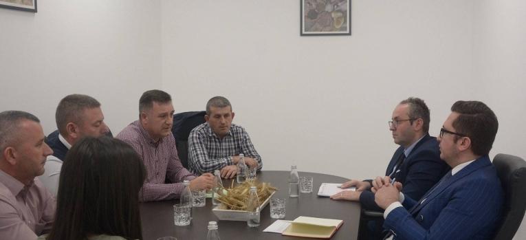 Ministri Mustafa takoi kryetarin e Shoqatës së Prodhuesve të Qumështit