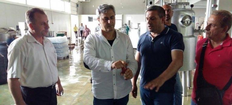 """Zëvendësministri i Ministrisë së Bujqësisë, Pylltarisë dhe Zhvillimit Rural (MBPZHR) z. Vezir Januzi, vizitoi kompaninë për përpunimin e frutave """"Frutomania"""" në Gjilan"""