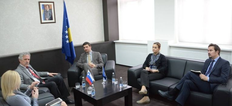 Ministri Krasniqi takoi ambasadorin e Sllovenisë, Miljan Majhen
